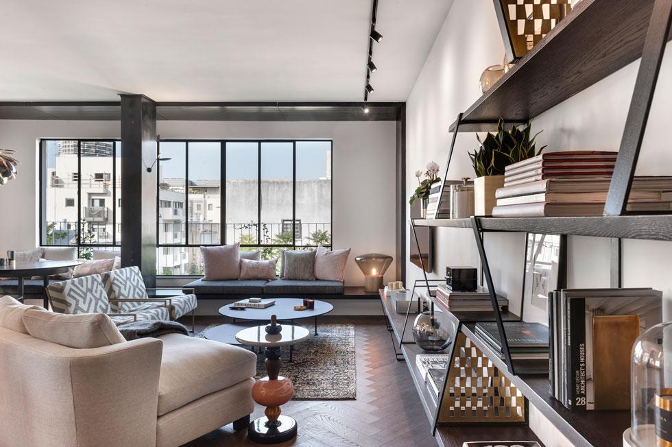 דירה בבניין ממוצע הפכה מ-5 ל-3 חדרים. הסגנון שבחרו בני הזוג יחד עם המעצבים דנה קושמירסקי ואושרי אבירם אלגנטי ומבוסס על ברזל, פליז, עץ אלון ואבן שחורה (צילום: עודד סמדר)