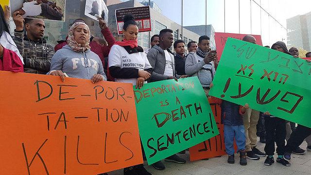 The African migrants' demonstration outside the Rwandan embassy (Photo: Ido Erez)