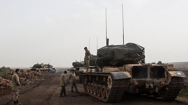 טנקים טורקיים בגבול עם סוריה (צילום: EPA) (צילום: EPA)