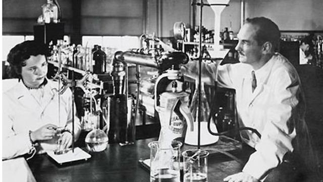 גרטרוד עליון במעבדה עם ג'ורג' היצ'ינגס ב-1948 (צילום: מתוך אתר פרס נובל)