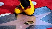 אחרי 90 שנה: מיני מאוס זכתה לכוכב בשדרה המפורסמת של הוליווד