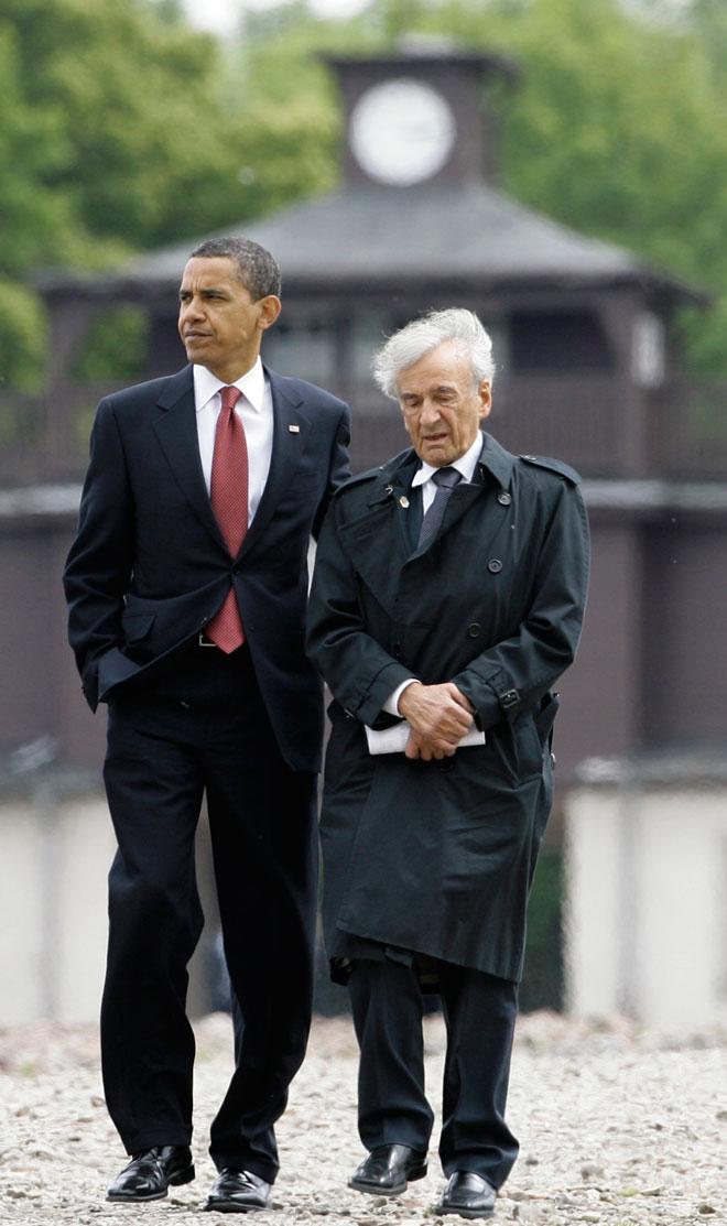 """ויזל עם ברק אובמה בבוכנוואלד. """"כל כך הרבה אי-צדק וסבל זועקים אלינו"""". הקליקו על התמונה (צילום: AP)"""