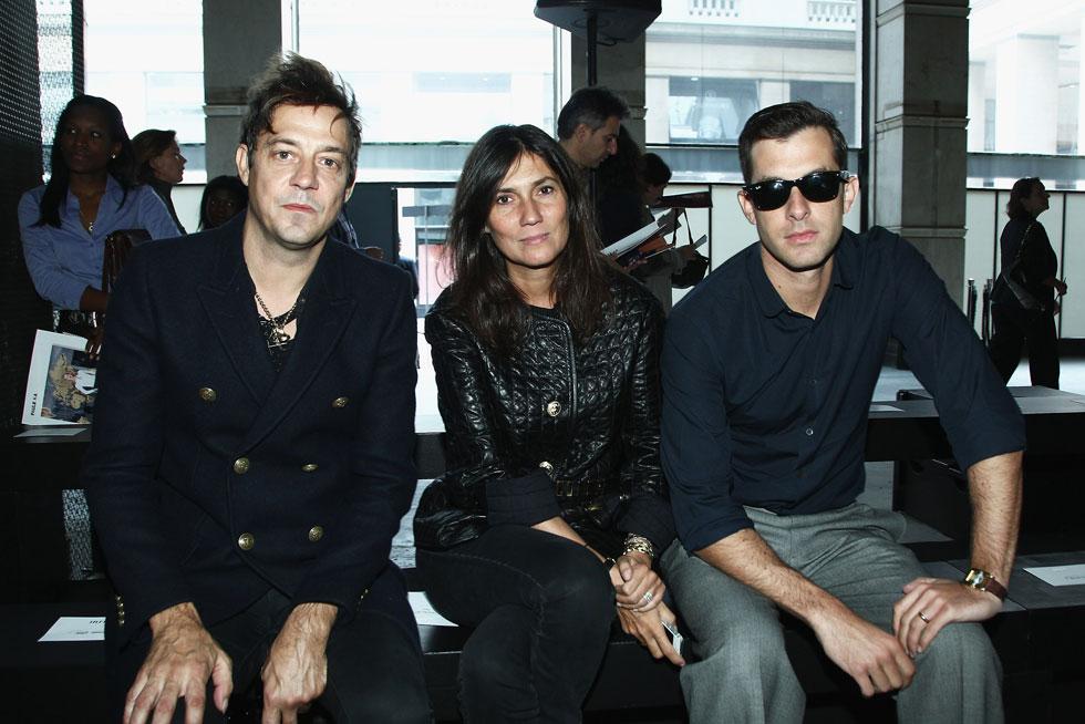 מקום של כבוד בתצוגות האופנה. עמנואל אלט עם ג'יימי הינס ומארק רונסון (צילום: Gettyimages)