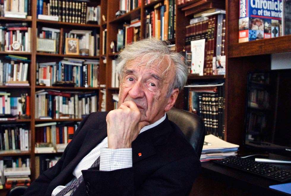 """אלי ויזל במשרדו בניו יורק, 2012. """"מנהיג רוחני בעידן שבו אלימות, דיכוי וגזענות ממשיכים לאפיין את העולם"""" (צילום: AP)"""