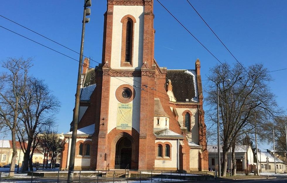 הכנסייה האדומה והאזור השקט בעיר (צילום: לי שטח)