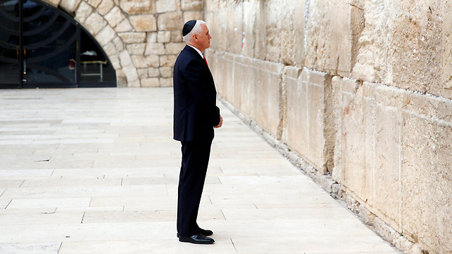 Pence concluded his visit to Israel by visiting the Western Wall (Photo: EPA)