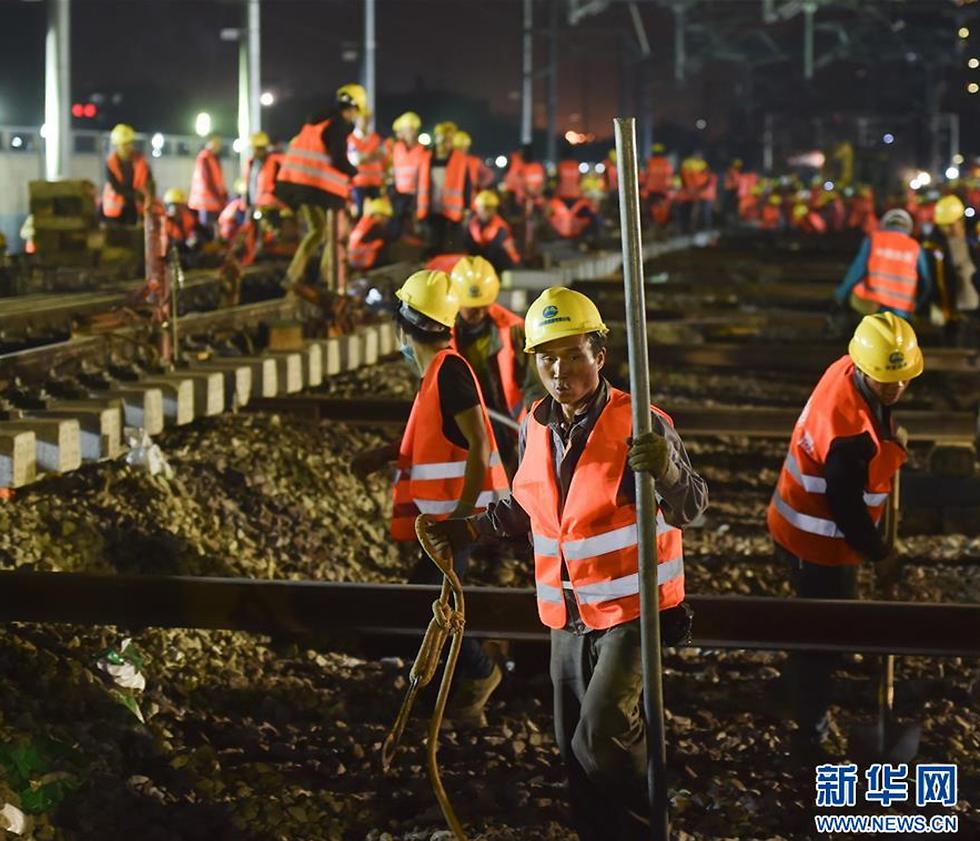 """כלכלה ופוליטיקה כרוכות זו בזו במדיניות החוץ הסינית. פועלים סינים (צילום: סוכנות הידיעות """"שינהואה"""") (צילום: סוכנות הידיעות"""