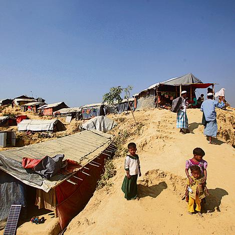 מחנה טאנגקאלי. כל גל חדש של פליטים חוצב בגבעות הצהבהבות ומקים סוכות מקני במבוק
