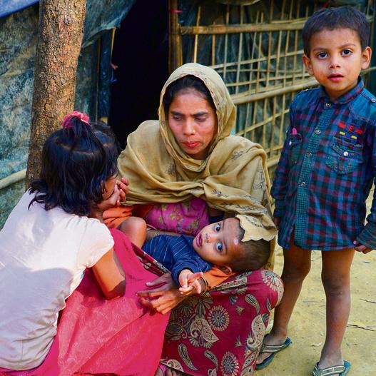 אמהות וילדיהן ליד נקודת שטיפה במחנה הגדול של קוטופאלונג. מחנות הפליטים מתרחבים כל הזמן