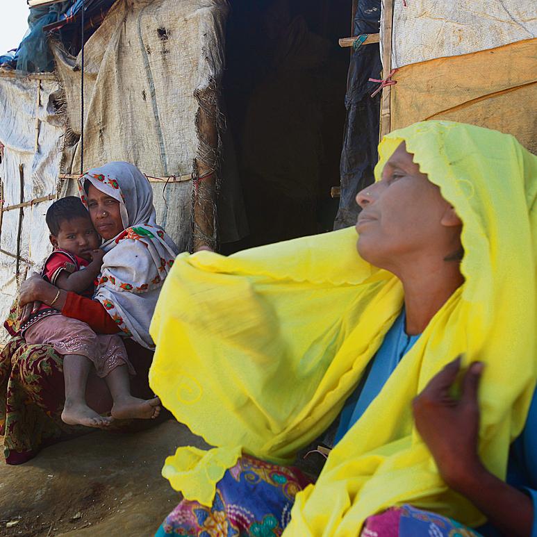 ילדי ונשי רוהינגה במחנה הפליטים טאנגקאלי בבנגלדש. יש מעט מאוד זקנים ומבוגרים. כמו בכל אסון, הזקנים הם הראשונים למות