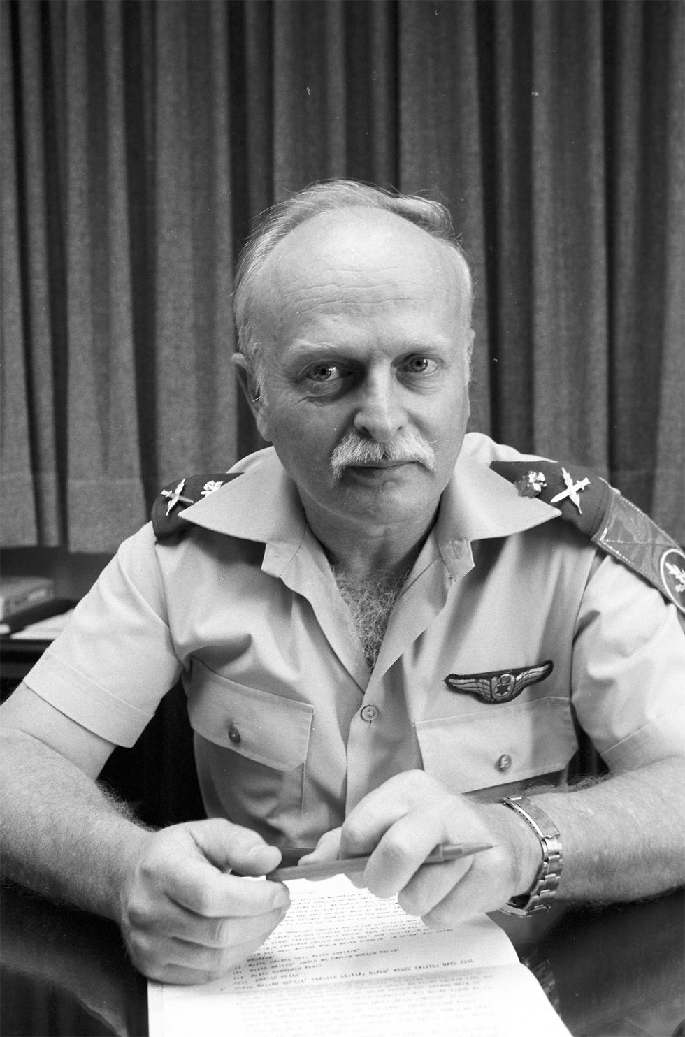 """מפקד חיל האוויר דאז, האלוף עברי. """"תסתובבו, חוזרים הביתה""""  (צילום: דוד רובינגר) (צילום: דוד רובינגר)"""