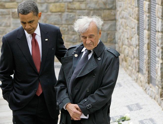 """2009: ויזל עם נשיא ארה""""ב ברק אובמה במחנה בוכנוואלד שבגרמניה, שבו היה כלוא בילדותו (צילום: AP)"""