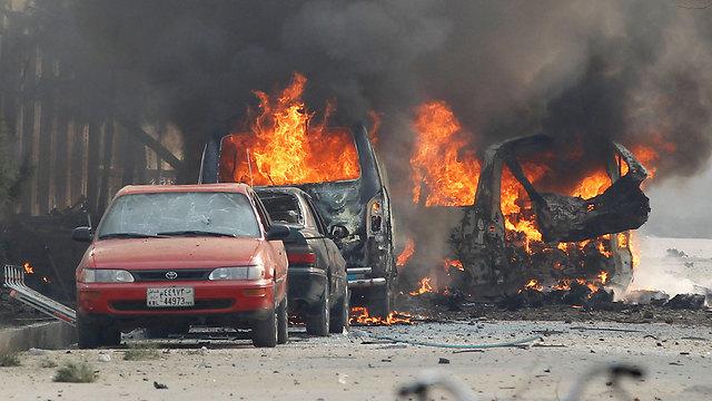 מכוניות בוערות בזירת הפיגוע, הבוקר (צילום: רויטרס) (צילום: רויטרס)