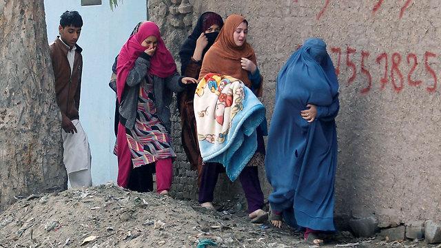 נשים מתפנות מאזור המתקפה (צילום: רויטרס) (צילום: רויטרס)