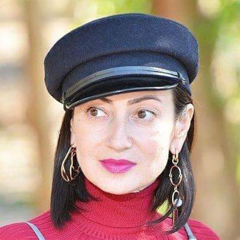 Татьяна Акопова в блогерском картузе