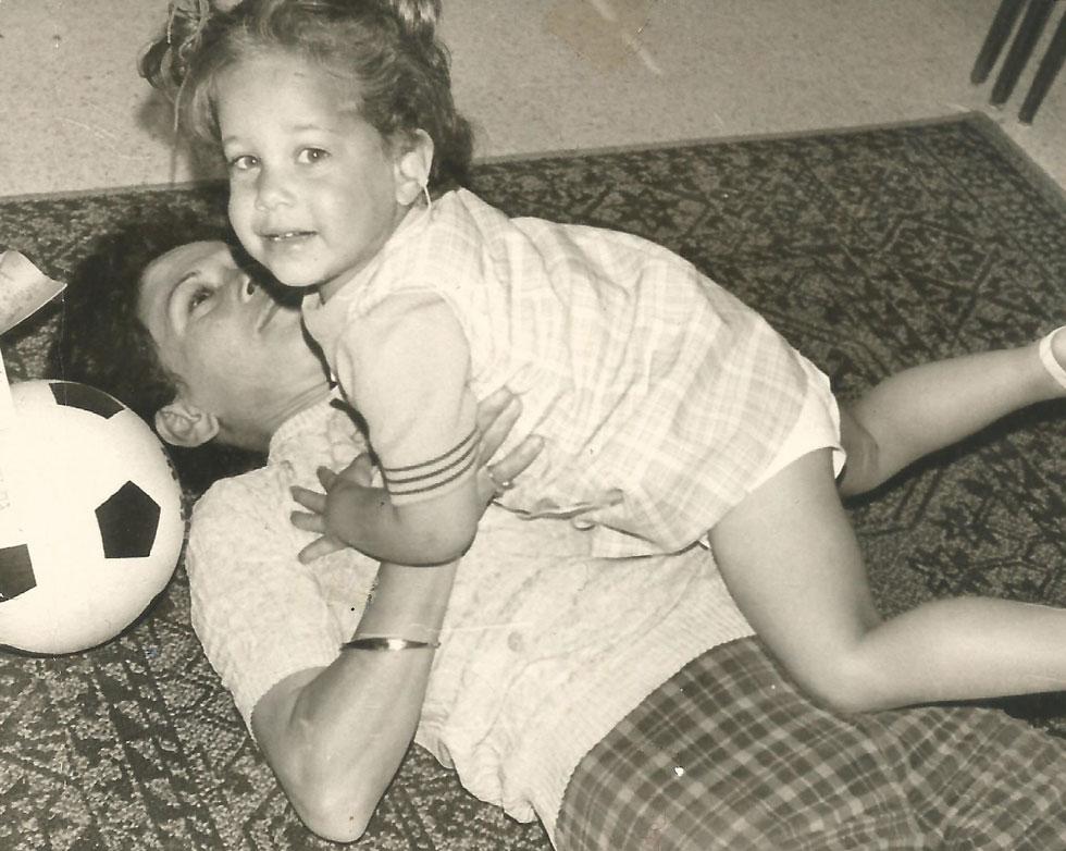 """בילדותה, עם אמה אורלי. """"היא אמרה לאחי ולי: 'לו רק יכולתי, הייתי נותנת לכל אחד מכם אוזן אחת משלי'"""" (צילום: מתוך אלבום פרטי)"""