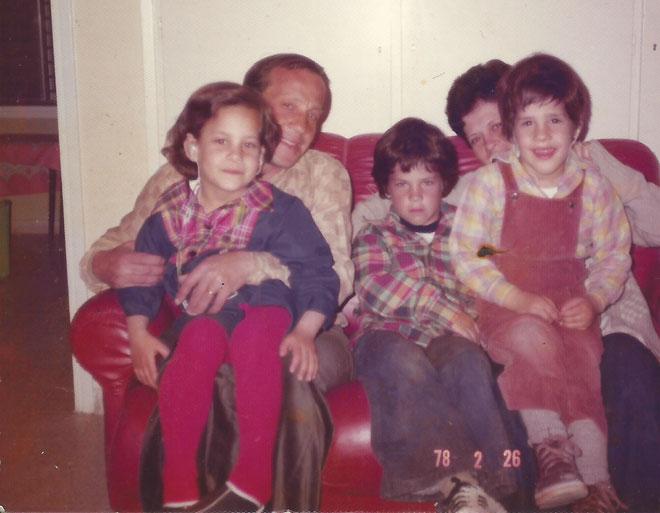 """עם ההורים והאחים. """"הבית התנהל בין שני מצבי קיצון"""" (צילום: מתוך אלבום פרטי)"""