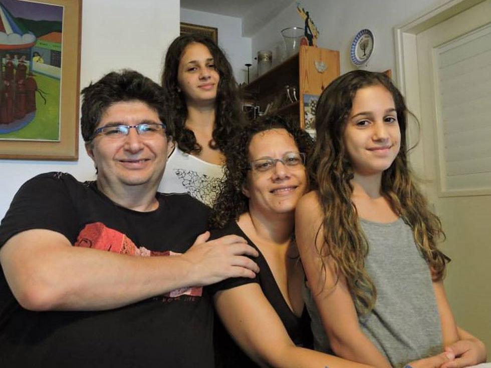 """עם בעלה אלכס והבנות רעות ונעמה. """"ההורות לוותה באתגרים יומיומיים"""" (צילום: מתוך אלבום פרטי)"""