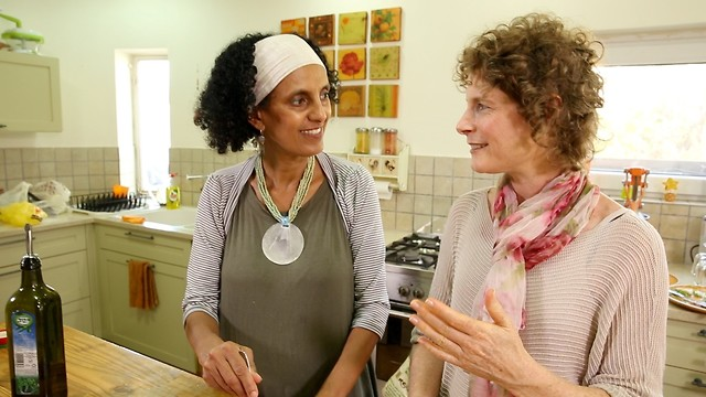 רחלי (מימין) עם התזונאית זוהרית שייחי (צילום: באדיבות המצולמות)