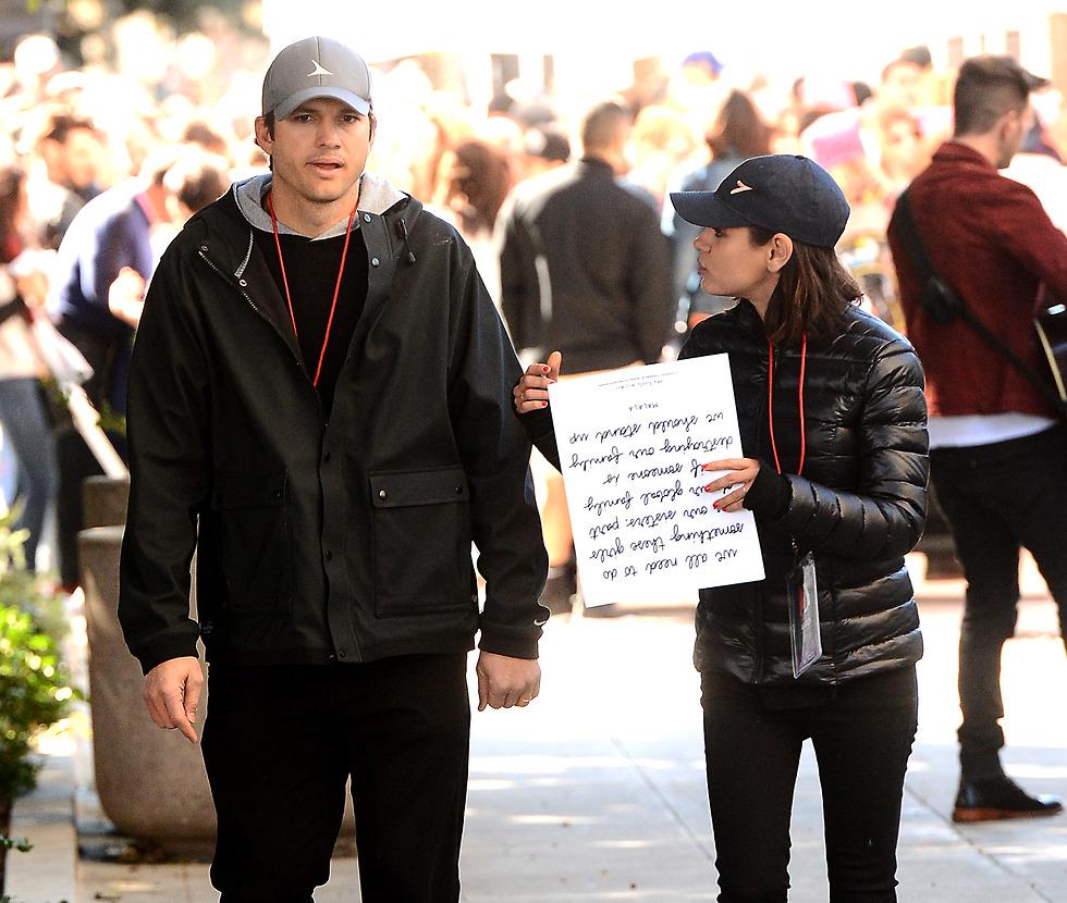 גם היא בסרט החדש. מילה קוניס עם אשטון קוצ'ר בצעדת הנשים לציון שנה לנשיאות טראמפ (צילום: splashnews)