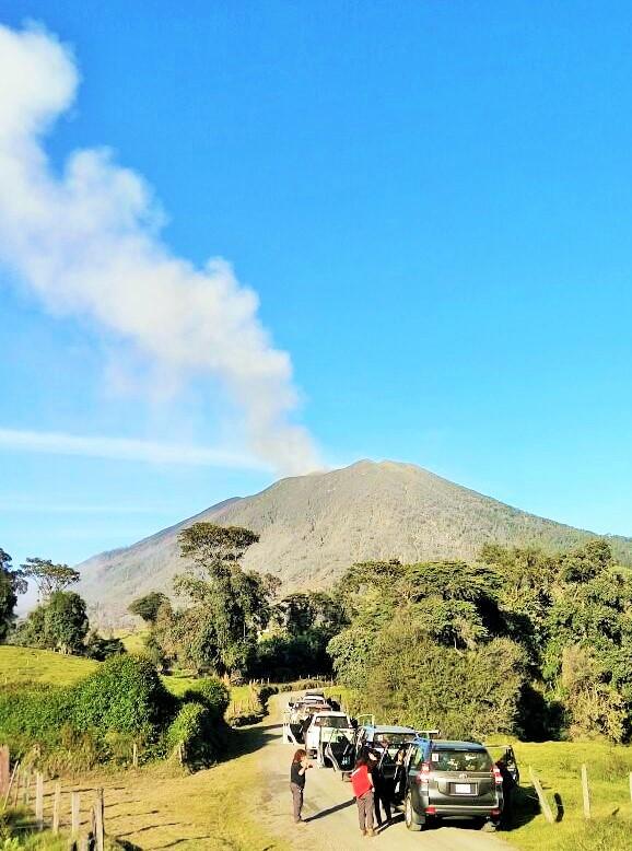 הר הגעש טוריאלבה - עדיין מעלה עשן.  (צילום: מאגמה) (צילום: מאגמה)
