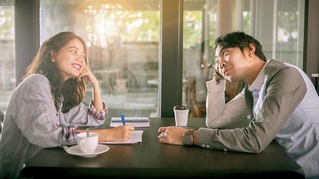 נסו להפחית את החששות ולאפשר למתלבט לעלות שלב בקשר (צילום: Shutterstock) (צילום: Shutterstock)