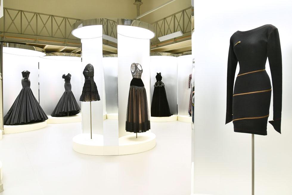 יחד עם שבוע ההוט קוטור הושקה תערוכת המחווה Je Suis Couturier למעצב אזדין אלאיה, שהלך לעולמו לפני כחודשיים. התערוכה מוצגת בסטודיו של המעצב ברובע המארה בפריז, ולערב הפתיחה הגיעו, בין היתר, הדוגמניות נעמי קמפבל וסינדי קרופורד (צילום: rex/asap creative)