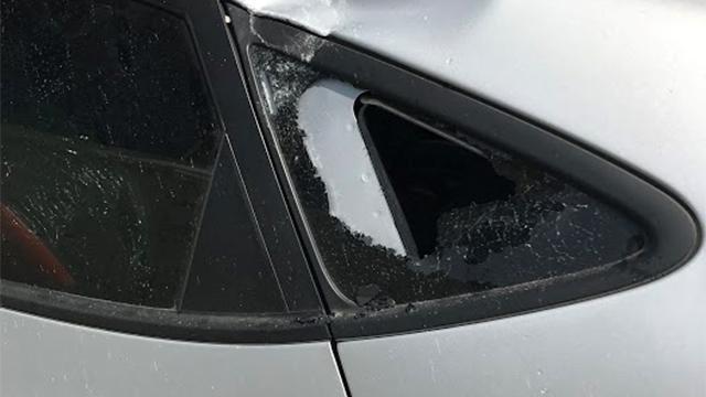 נזקים לרכב בסמוך לאתר הבנייה (צילום: גבי קמינסקי) (צילום: גבי קמינסקי)