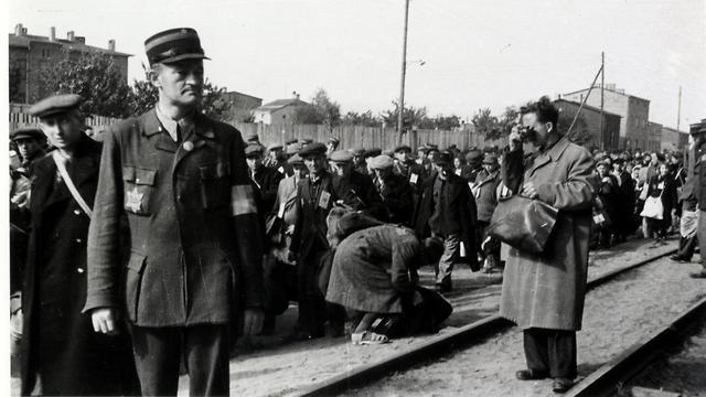Mendel Grossman working on in the Lodz Ghetto during World War II (Photo: EPA)