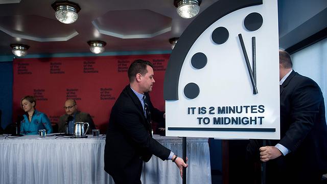 מציגים את השעון העדכני, היום (צילום: AFP) (צילום: AFP)