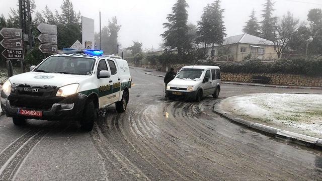 חסימות כבישים בצפת בגלל השלג (צילום דוברות המשטרה) (צילום דוברות המשטרה)