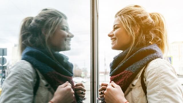 מה אני רואה כשאני מסתכלת על עצמי (צילום: shutterstock) (צילום: shutterstock)