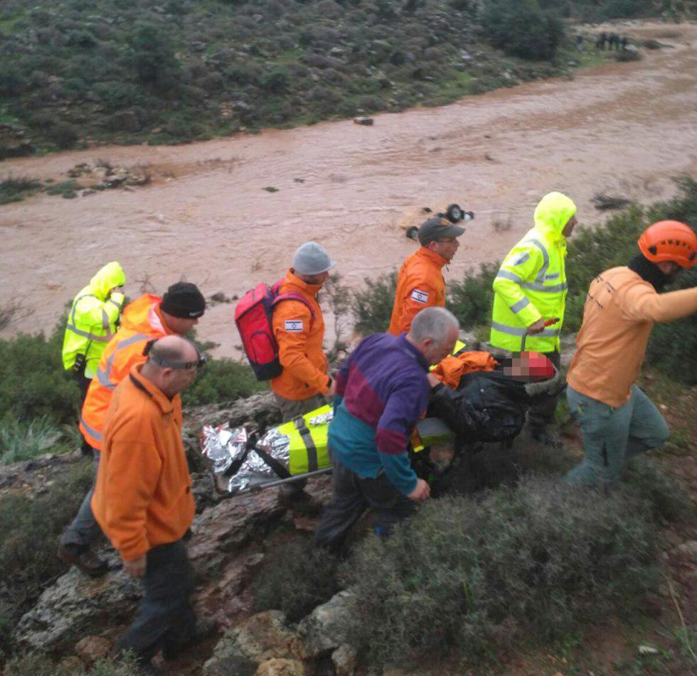 החילוץ מנחל חילזון (צילום: דוברות המשטרה) (צילום: דוברות המשטרה)