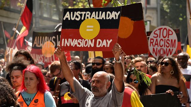 """""""יום אוסטרליה=יום הפלישה"""" (צילום: AFP) (צילום: AFP)"""