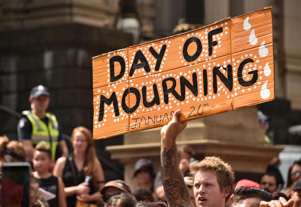 """""""יום אבל"""". מפגינים במלבורן נגד """"יום אוסטרליה"""" (צילום: AFP) (צילום: AFP)"""