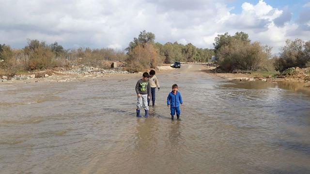 החסימה בעקבות ההצפה בגשר צאלים (צילום: בראל אפרים) (צילום: בראל אפרים)