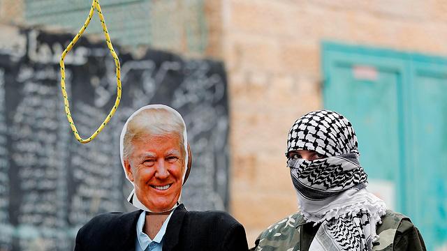 Символическая казнь Трампа в лагере палестинcких беженцев. Фото: AFP