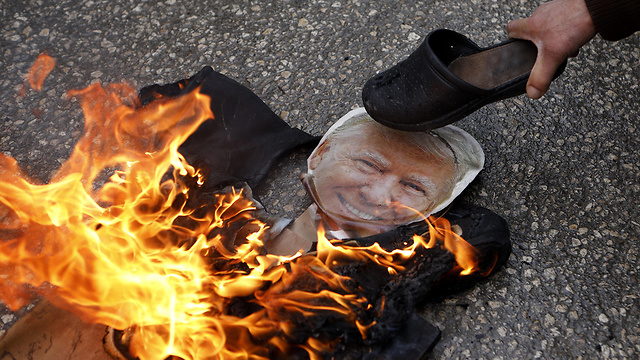 Burning effigy of Trump in Aida (Photo: EPA)