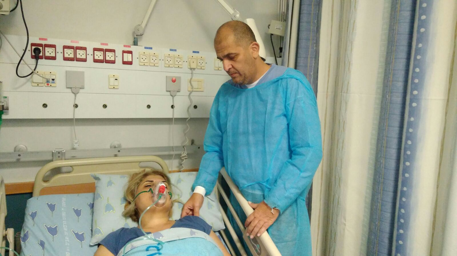 """""""חרב עלינו עולמנו"""". יוחנן קמרי לצד אשתו בבית החולים איכילוב (צילום: באדיבות יוחנן קמרי) (צילום: באדיבות יוחנן קמרי)"""