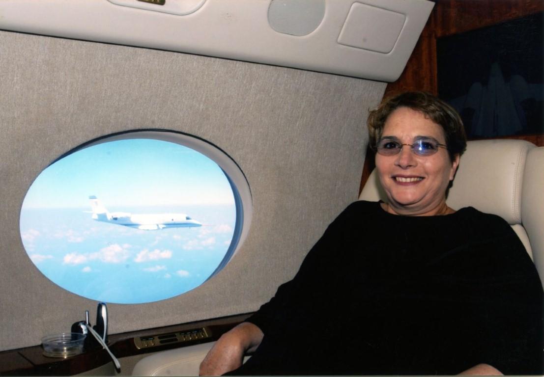 חני מור יושבת במטוס המנהלים של חברת גלפסטרים כשהוא מלווה את המטוס שפיתחה