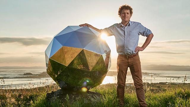 פטר בק וכדור הדיסקו שחג כעת סביב כדור הארץ (צילום: AP)