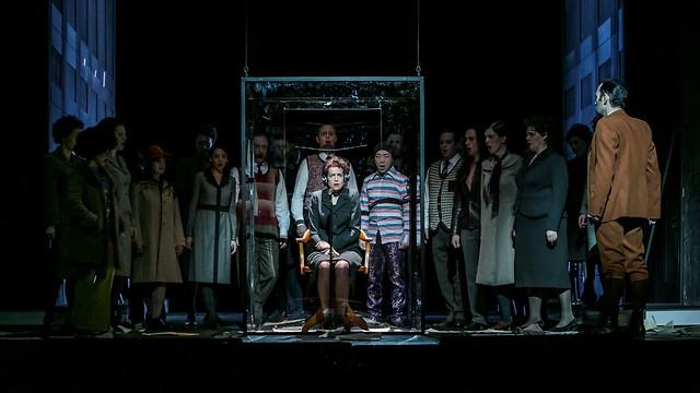 חנה ארנדט עומדת למשפט בכלוב הזכוכית. מתוך האופרה (צילום: Jochen Quast) (צילום: Jochen Quast)