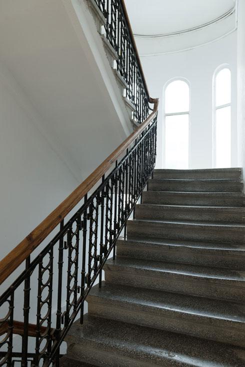 מדרגות טראצו מקוריות ב''בית המעלית'' בהרצל 16, אחד המבנים הוותיקים בת''א (צילום: גדעון לוין)