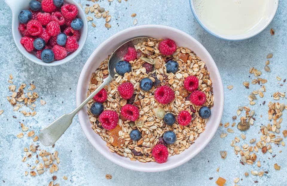 Вкусно с молоком, йогуртом и даже просто так. Фото: Ольга Тухшер