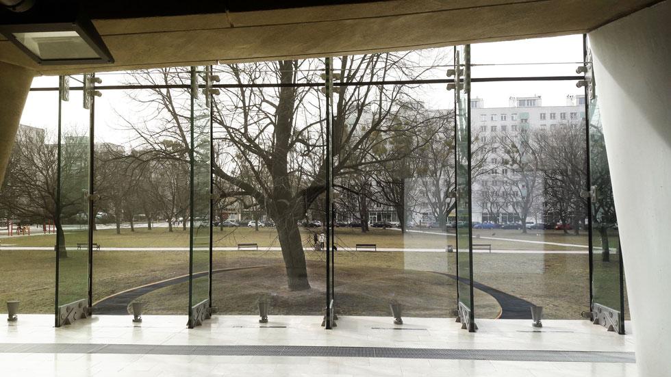 מבט מהמוזיאון לתולדות יהודי פולין על הגבעה הקטנה שבה תמוקם האנדרטה. זה היה לבו של הגטו היהודי בשנות השואה (הדמיה: תומר שחם)