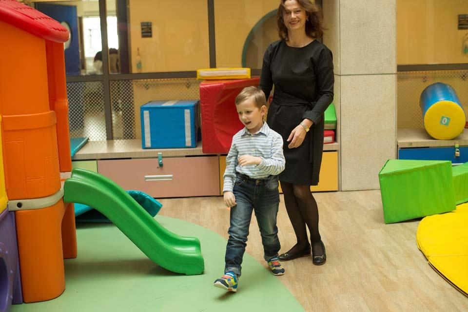 """Миша Тройненко с мамой в больнице """"Левинштейн"""". Фото: Юваль Хен"""