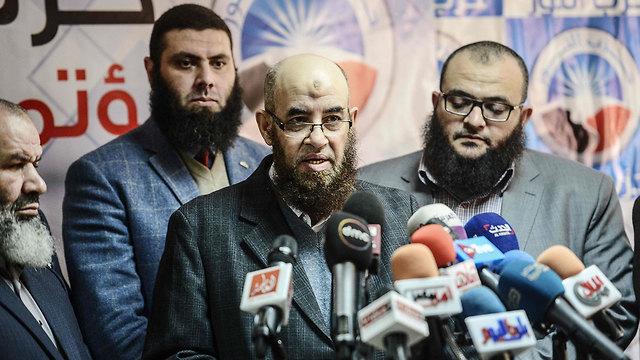 """המפלגה הסלפית ממשיכה לתמוך בנשיא המכהן. יו""""ר מפלגת א-נור יוסף מחיון (צילום: AFP) (צילום: AFP)"""