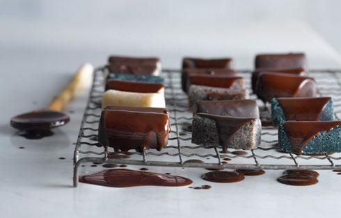 """חטיף באונטי ביתי (צילום: רונן מנגן """"סופר פוד- שער למטבח חדש"""")"""
