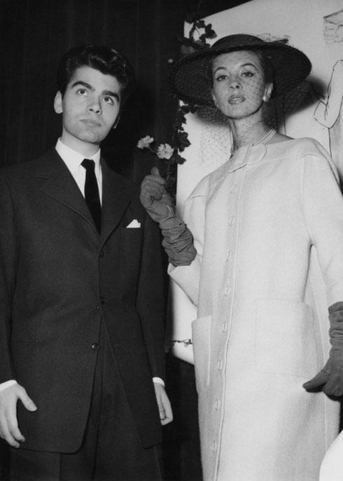 לגרפלד עם דוגמנית בבגד בעיצובו. 1954 (צילום: Gettyimages)