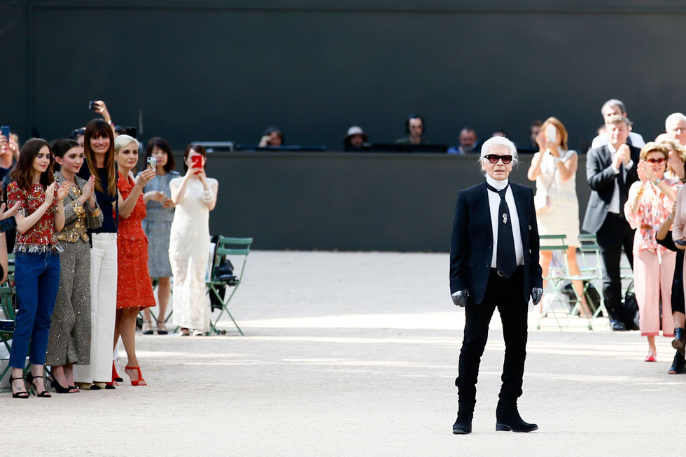 קרל לגרפלד בסיום תצוגה של שאנל. פנומן בתחום עיצוב האופנה, שניפק בדרך קסם 16 קולקציות בשנה, וזאת גם לאחר שחצה את גיל 80 (צילום: AP)